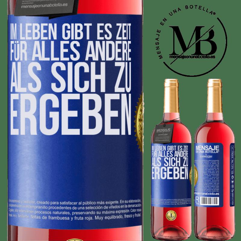 24,95 € Kostenloser Versand | Roséwein ROSÉ Ausgabe Im Leben gibt es Zeit für alles andere als sich zu ergeben Blaue Markierung. Anpassbares Etikett Junger Wein Ernte 2020 Tempranillo