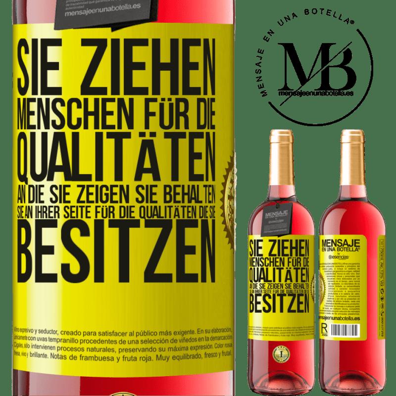 24,95 € Kostenloser Versand | Roséwein ROSÉ Ausgabe Sie ziehen Menschen für die Qualitäten an, die Sie zeigen. Sie behalten sie an Ihrer Seite für die Qualitäten, die Sie Gelbes Etikett. Anpassbares Etikett Junger Wein Ernte 2020 Tempranillo