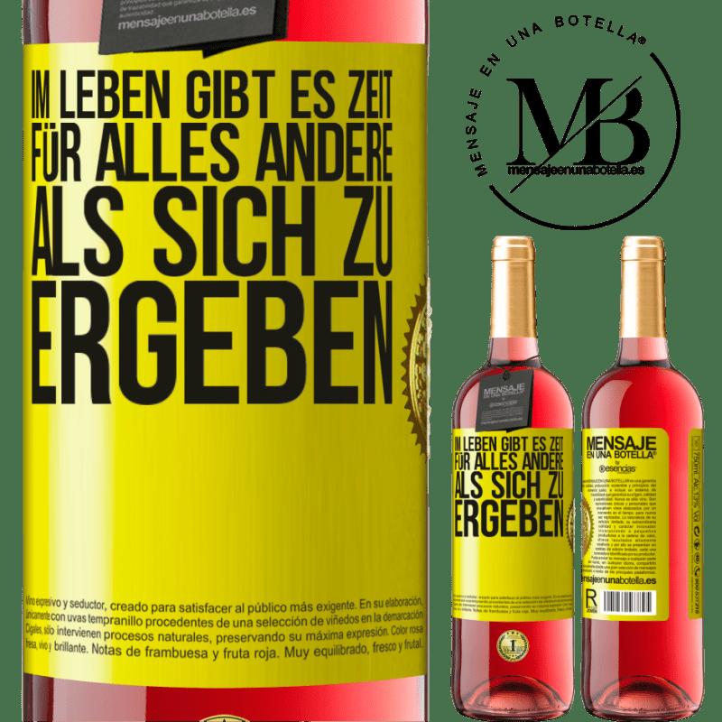 24,95 € Kostenloser Versand | Roséwein ROSÉ Ausgabe Im Leben gibt es Zeit für alles andere als sich zu ergeben Gelbes Etikett. Anpassbares Etikett Junger Wein Ernte 2020 Tempranillo