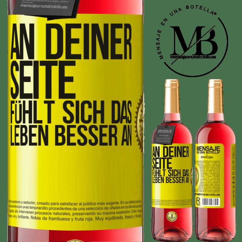 24,95 € Kostenloser Versand | Roséwein ROSÉ Ausgabe An deiner Seite fühlt sich das Leben besser an Gelbes Etikett. Anpassbares Etikett Junger Wein Ernte 2020 Tempranillo