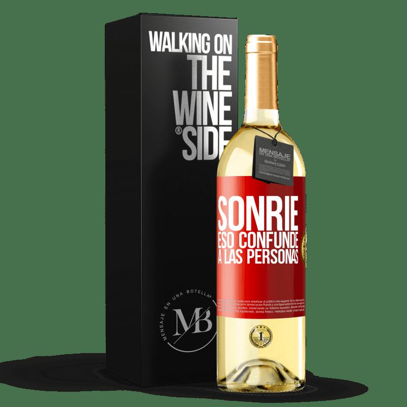 24,95 € Envío gratis | Vino Blanco Edición WHITE Sonríe, eso confunde a las personas Etiqueta Roja. Etiqueta personalizable Vino joven Cosecha 2020 Verdejo