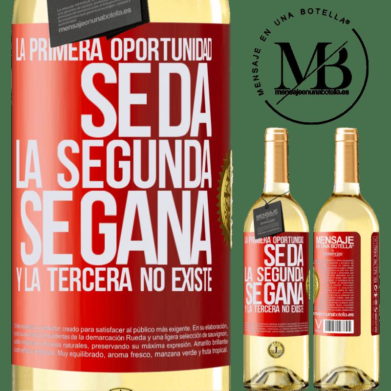 24,95 € Envío gratis | Vino Blanco Edición WHITE La primera oportunidad se da, la segunda se gana, y la tercera no existe Etiqueta Roja. Etiqueta personalizable Vino joven Cosecha 2020 Verdejo