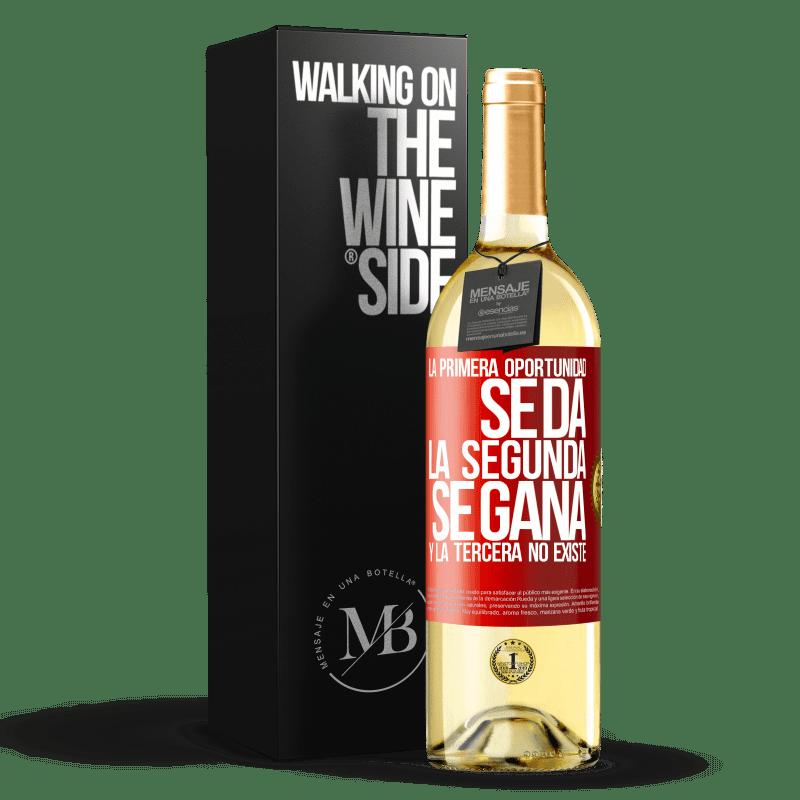 24,95 € Envoi gratuit | Vin blanc Édition WHITE La première opportunité est donnée, la seconde est gagnée et la troisième n'existe pas Étiquette Rouge. Étiquette personnalisable Vin jeune Récolte 2020 Verdejo