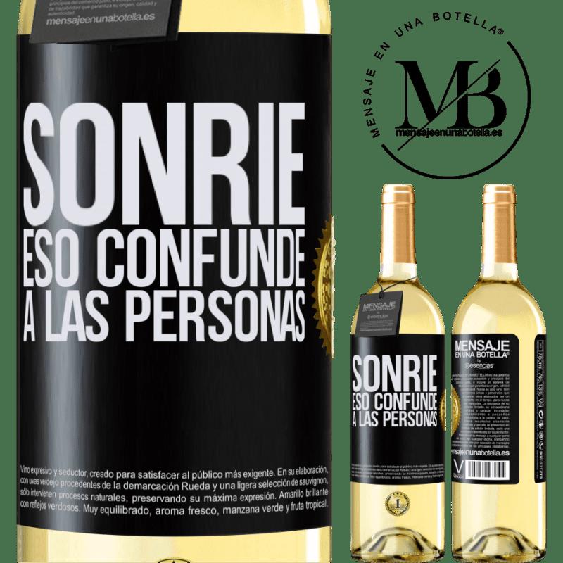 24,95 € Envío gratis | Vino Blanco Edición WHITE Sonríe, eso confunde a las personas Etiqueta Negra. Etiqueta personalizable Vino joven Cosecha 2020 Verdejo