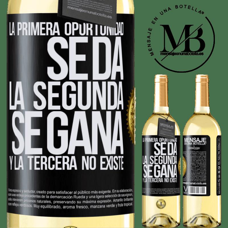 24,95 € Envoi gratuit | Vin blanc Édition WHITE La première opportunité est donnée, la seconde est gagnée et la troisième n'existe pas Étiquette Noire. Étiquette personnalisable Vin jeune Récolte 2020 Verdejo