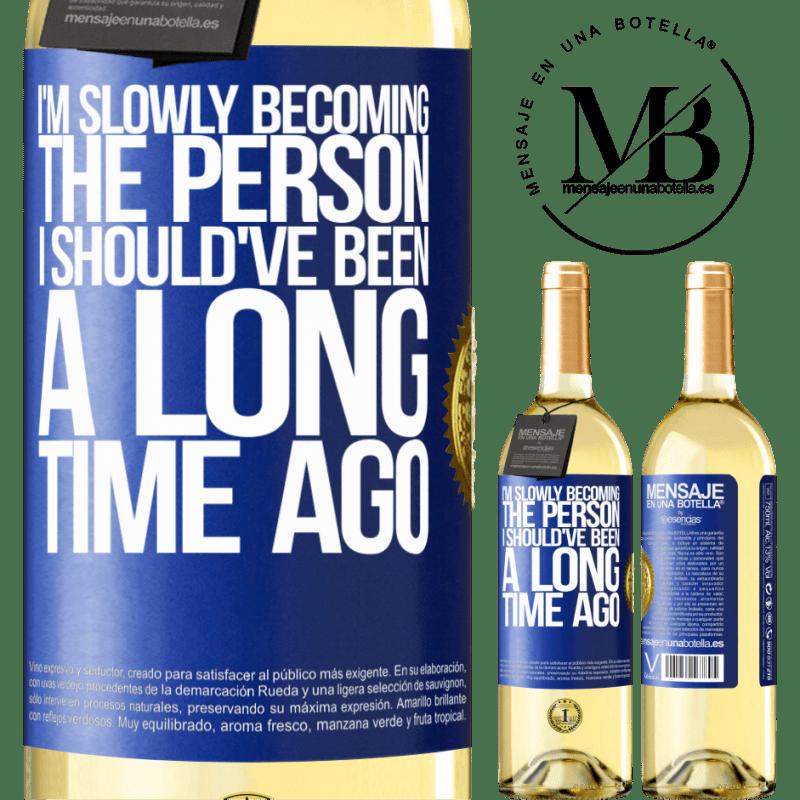 24,95 € Envío gratis | Vino Blanco Edición WHITE Poco a poco me estoy convirtiendo en la persona que debería haber sido hace mucho tiempo Etiqueta Azul. Etiqueta personalizable Vino joven Cosecha 2020 Verdejo