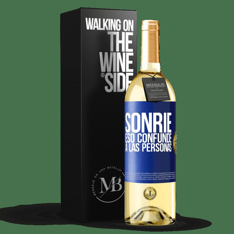 24,95 € Envío gratis | Vino Blanco Edición WHITE Sonríe, eso confunde a las personas Etiqueta Azul. Etiqueta personalizable Vino joven Cosecha 2020 Verdejo