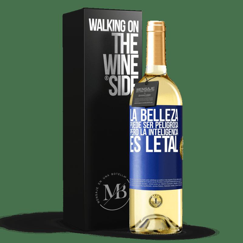 24,95 € Envío gratis | Vino Blanco Edición WHITE La belleza puede ser peligrosa, pero la inteligencia es letal Etiqueta Azul. Etiqueta personalizable Vino joven Cosecha 2020 Verdejo