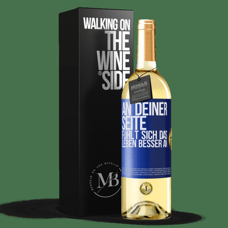 24,95 € Kostenloser Versand | Weißwein WHITE Ausgabe An deiner Seite fühlt sich das Leben besser an Blaue Markierung. Anpassbares Etikett Junger Wein Ernte 2020 Verdejo