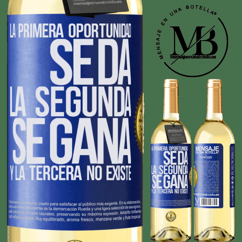 24,95 € Envío gratis | Vino Blanco Edición WHITE La primera oportunidad se da, la segunda se gana, y la tercera no existe Etiqueta Azul. Etiqueta personalizable Vino joven Cosecha 2020 Verdejo