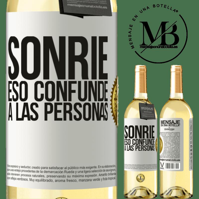 24,95 € Envío gratis | Vino Blanco Edición WHITE Sonríe, eso confunde a las personas Etiqueta Blanca. Etiqueta personalizable Vino joven Cosecha 2020 Verdejo