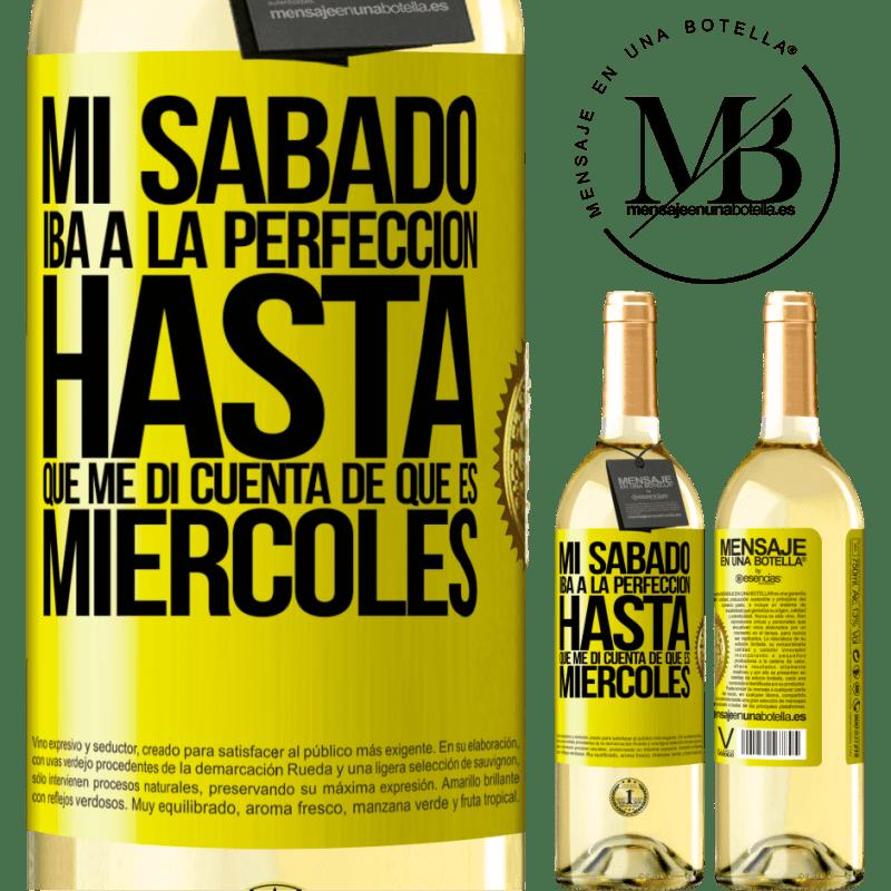 24,95 € Envío gratis | Vino Blanco Edición WHITE Mi sábado iba a la perfección hasta que me di cuenta que es miércoles Etiqueta Amarilla. Etiqueta personalizable Vino joven Cosecha 2020 Verdejo