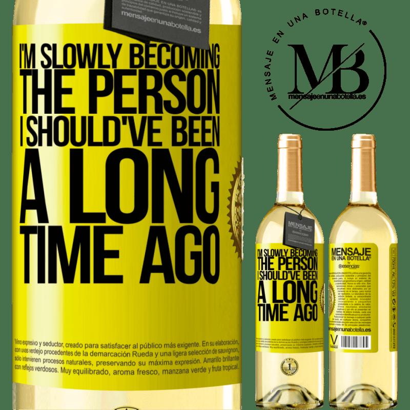 24,95 € Envío gratis | Vino Blanco Edición WHITE Poco a poco me estoy convirtiendo en la persona que debería haber sido hace mucho tiempo Etiqueta Amarilla. Etiqueta personalizable Vino joven Cosecha 2020 Verdejo