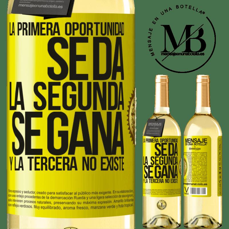 24,95 € Envío gratis | Vino Blanco Edición WHITE La primera oportunidad se da, la segunda se gana, y la tercera no existe Etiqueta Amarilla. Etiqueta personalizable Vino joven Cosecha 2020 Verdejo