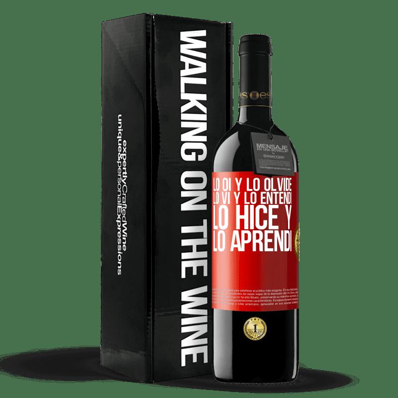 24,95 € Envoi gratuit | Vin rouge Édition RED Crianza 6 Mois Je l'ai entendu et je l'ai oublié, je l'ai vu et je l'ai compris, je l'ai fait et je l'ai appris Étiquette Rouge. Étiquette personnalisable Vieillissement en fûts de chêne 6 Mois Récolte 2018 Tempranillo