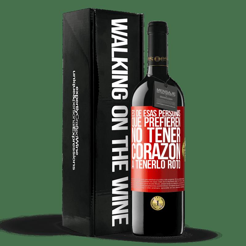 24,95 € Envoi gratuit   Vin rouge Édition RED Crianza 6 Mois C'est une de ces personnes qui préfèrent ne pas avoir de cœur pour le briser Étiquette Rouge. Étiquette personnalisable Vieillissement en fûts de chêne 6 Mois Récolte 2018 Tempranillo