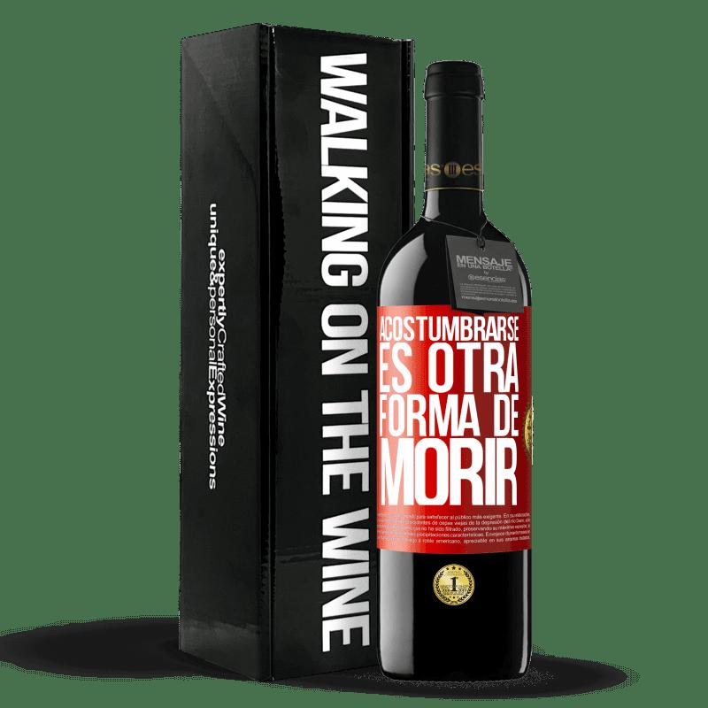 24,95 € Envoi gratuit | Vin rouge Édition RED Crianza 6 Mois S'y habituer est une autre façon de mourir Étiquette Rouge. Étiquette personnalisable Vieillissement en fûts de chêne 6 Mois Récolte 2018 Tempranillo