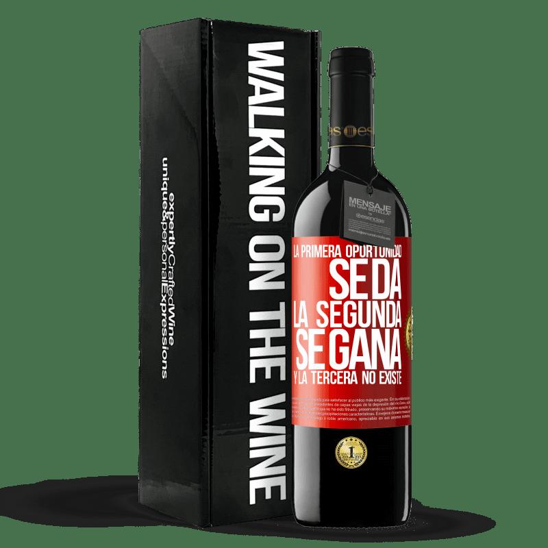 24,95 € Envoi gratuit | Vin rouge Édition RED Crianza 6 Mois La première opportunité est donnée, la seconde est gagnée et la troisième n'existe pas Étiquette Rouge. Étiquette personnalisable Vieillissement en fûts de chêne 6 Mois Récolte 2018 Tempranillo